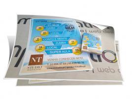 Design e fornecimento de flyers A6 com impressão digital.