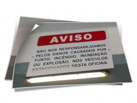 SINALÉTICA INTERIOR EM PVC COM LETTERING EM VINIL DE RECORTE.