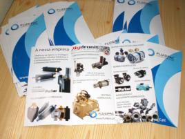 Design e fornecimento de folhetos trípticos formato A4 com duas dobras paralelas.
